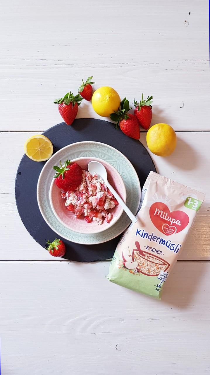 Kindermüsli mit Zitronen-Mandel-Topfen und Erdbeeren
