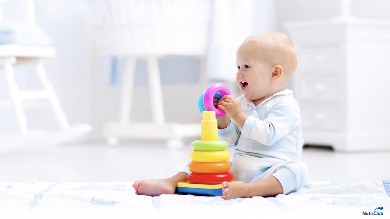 ребенок учится играть