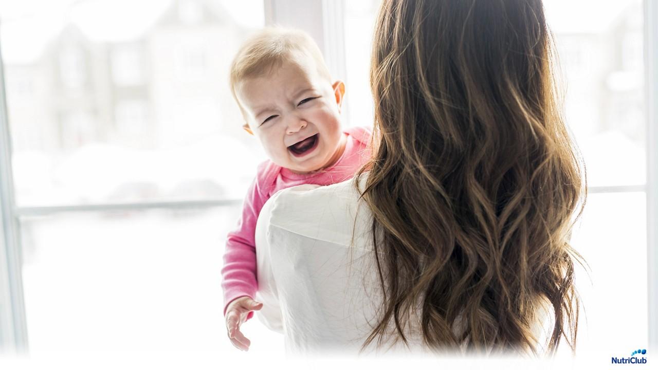 малыш на руках плачет