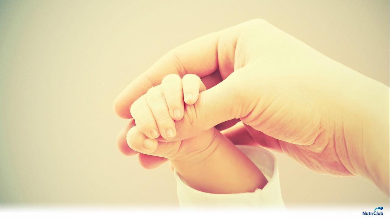 Руки новорожденного и мамы