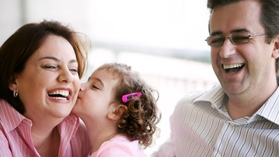 Allergy child kiss parents laughing 3840px