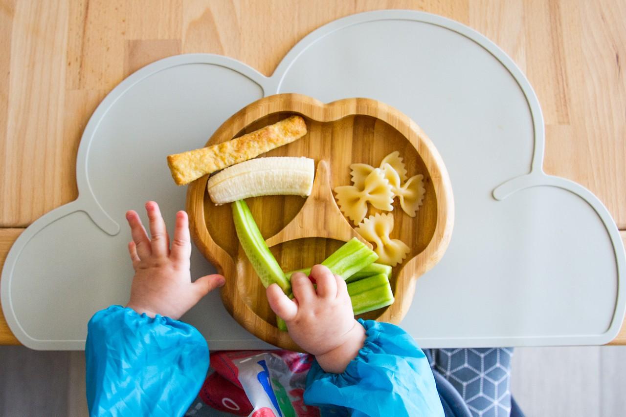 Kinderhand greift Gemüse