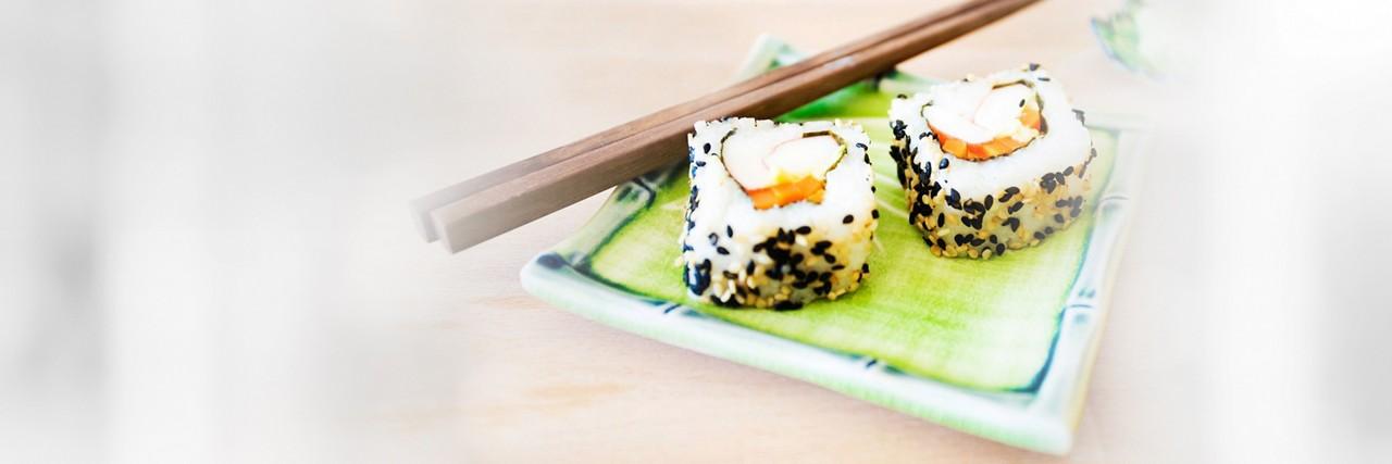 Sushi Rollen und Stäbchen