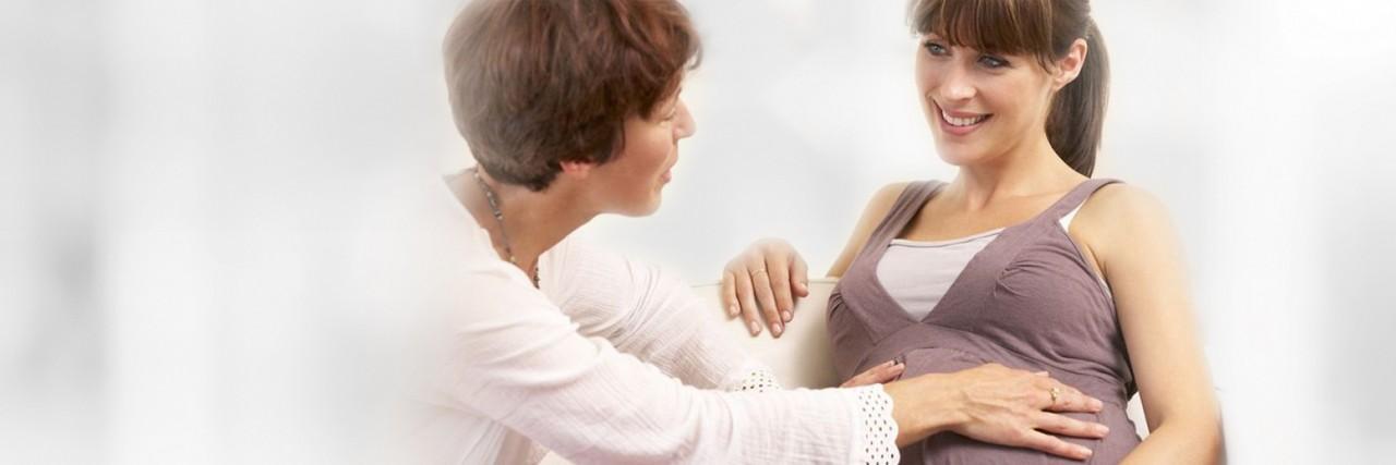 Schwangere mit Hebamme