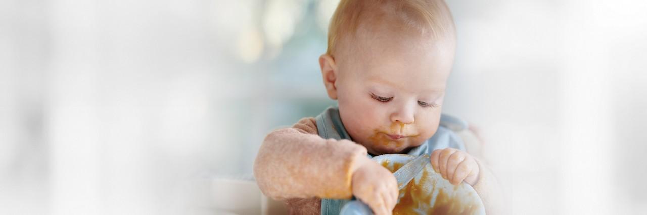 Kleinkind isst Beikost