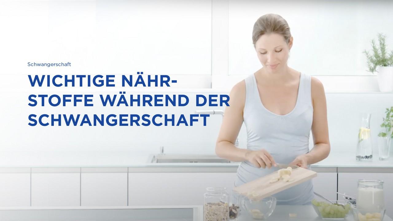Frau kocht mit frischen Zutaten