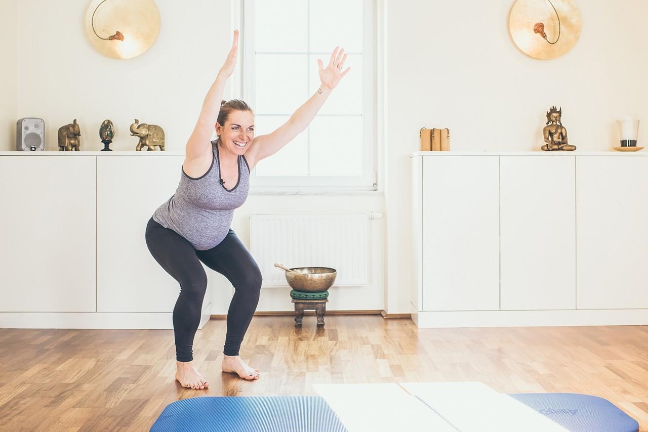 Schwangere macht Pilates