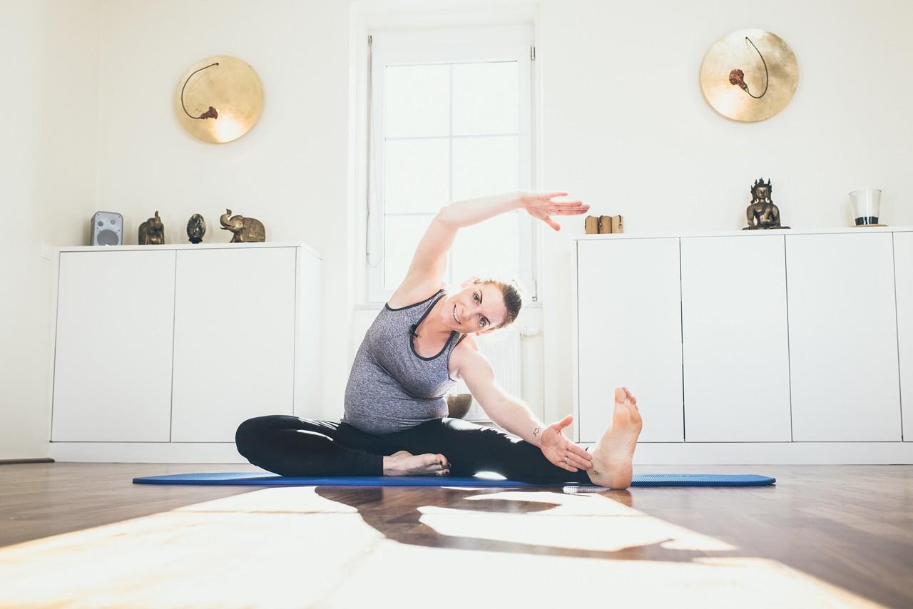 Schwangere mit Yogamatte