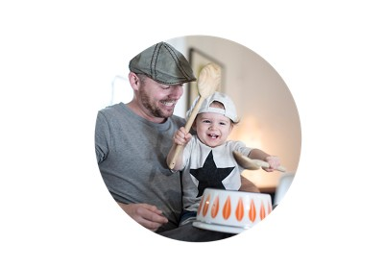 Vater und Kind machen gemeinsam Musik
