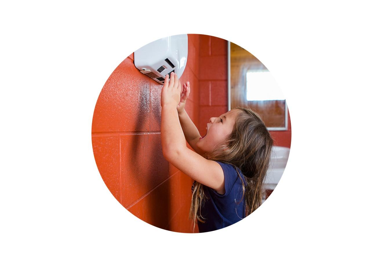 Kind trocknet sich die Hände