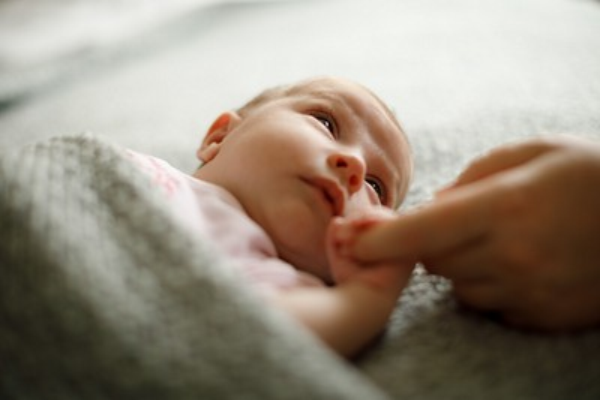 Baby greift nach Hand