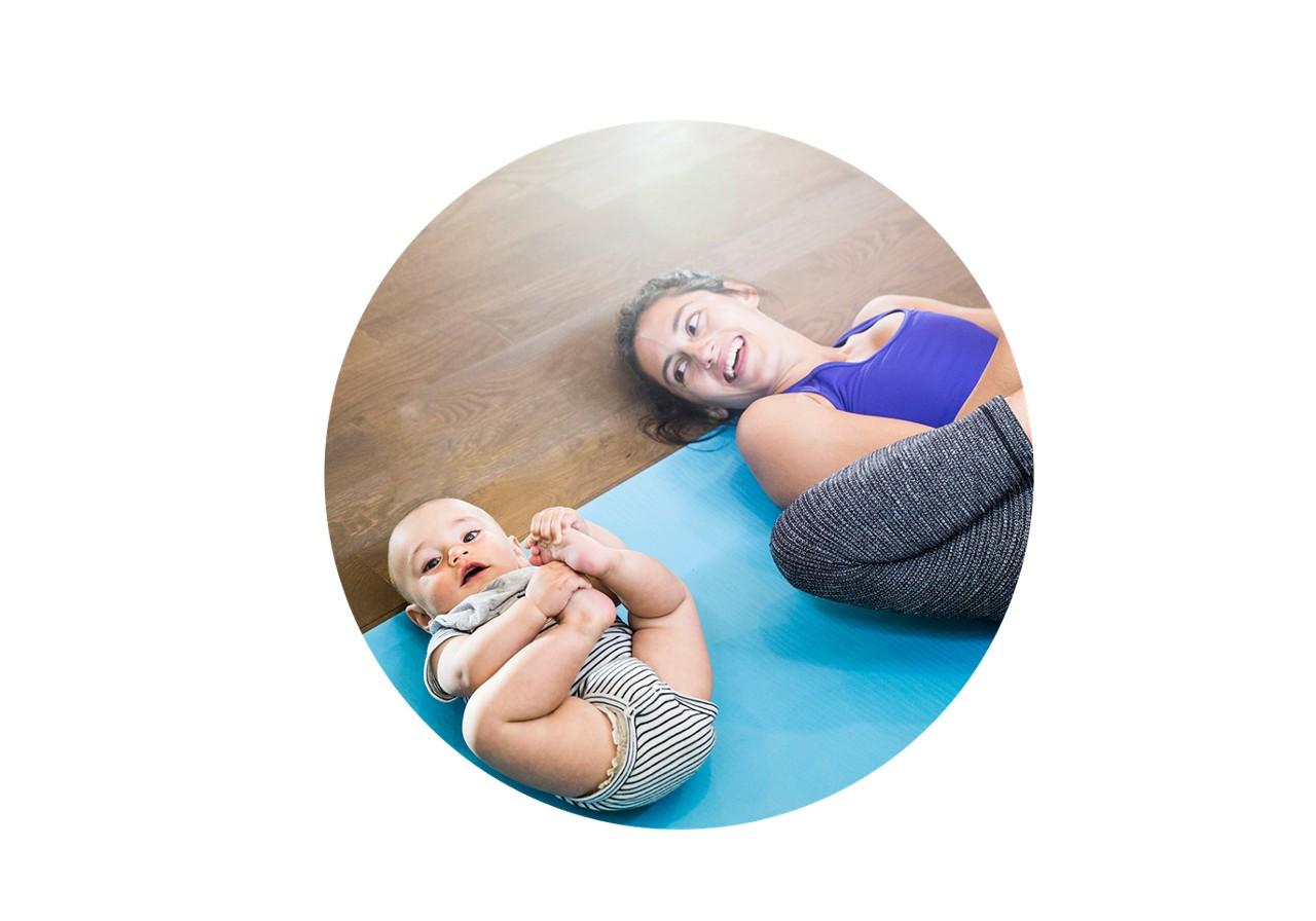 Mutter und Baby beim Workout