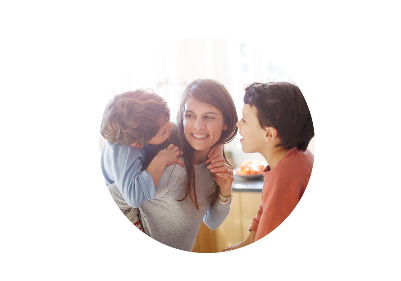 Mutter spielt mit ihren zwei Kindern