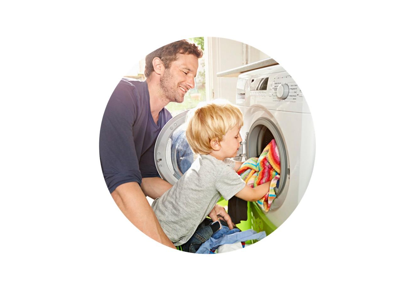 Kleinkind hilft im Haushalt