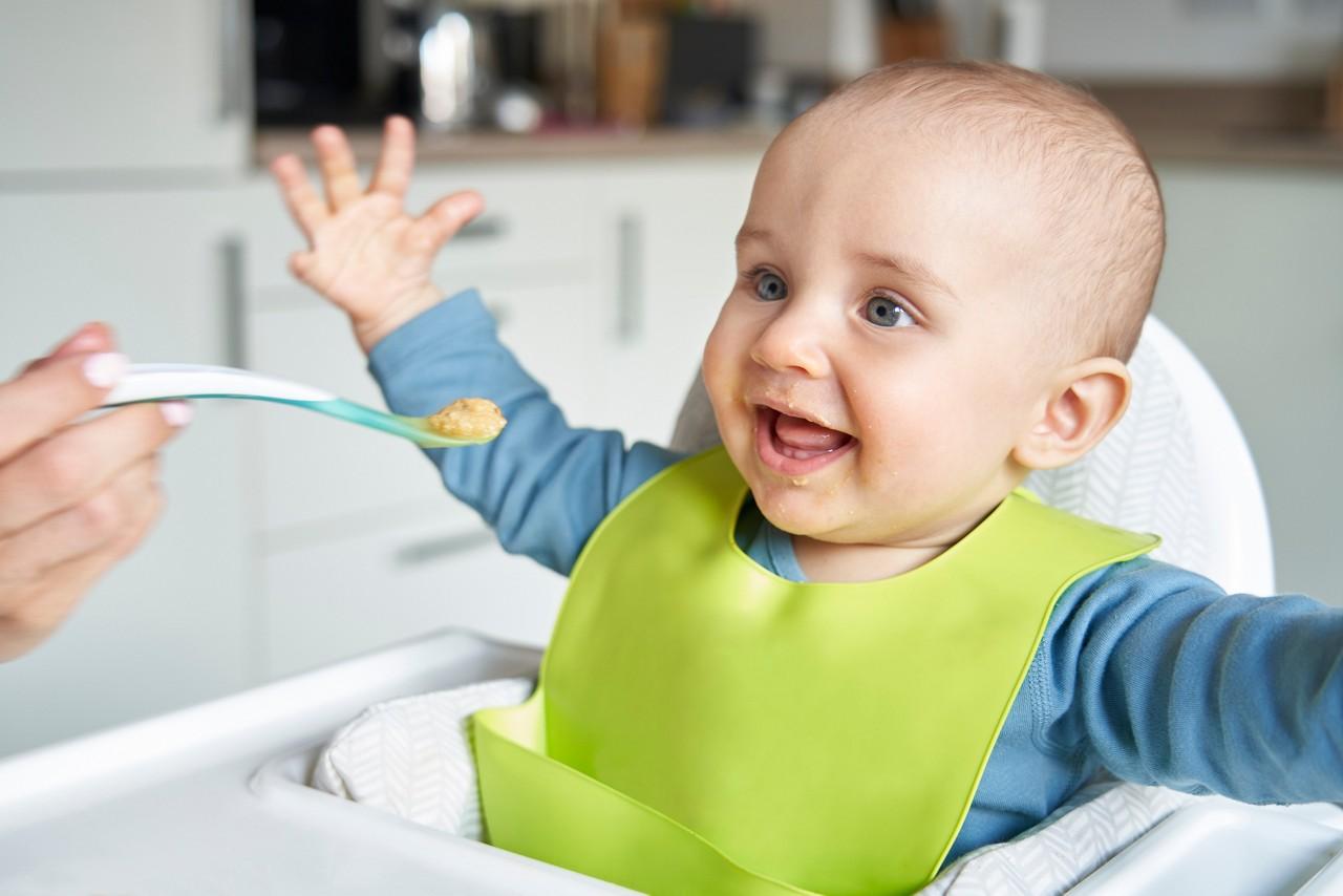 Baby isst skeptisch Gemüse