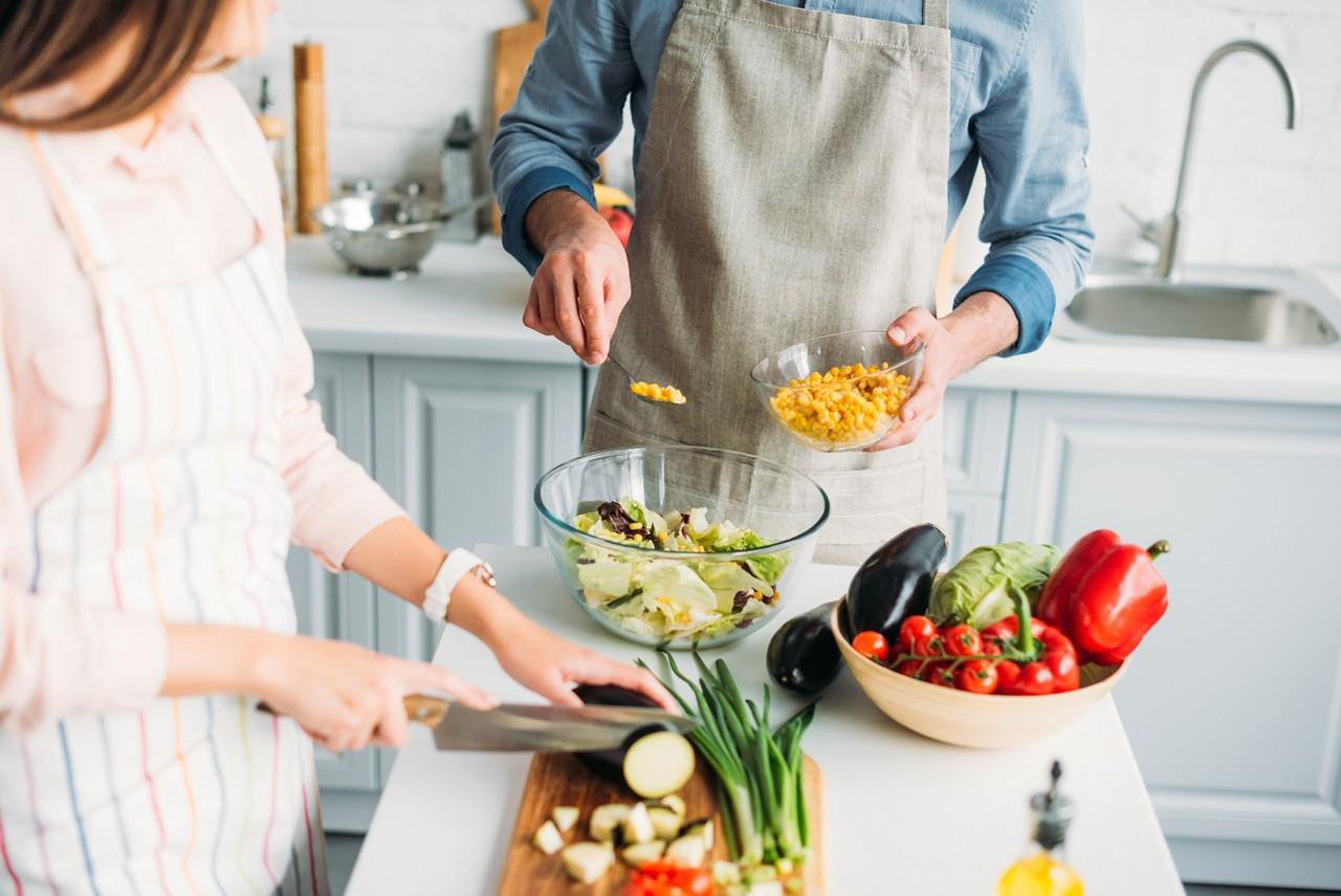 couple-in-kitchen-preparing-salad-fibre