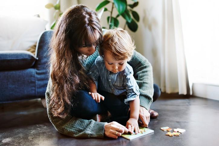 мама и сын играют на полу