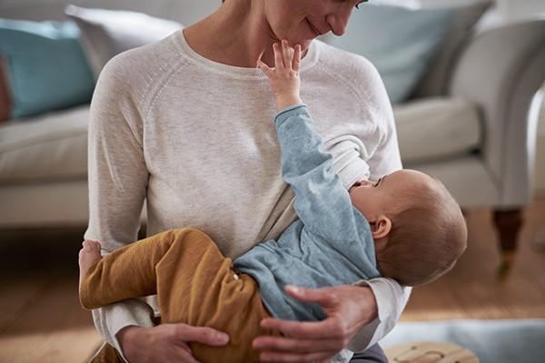 Mama stillt Baby