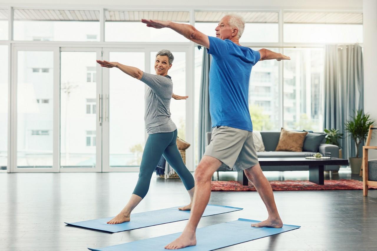 Idosos praticando yoga