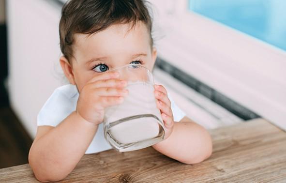 Kind trinkt Kindermilch