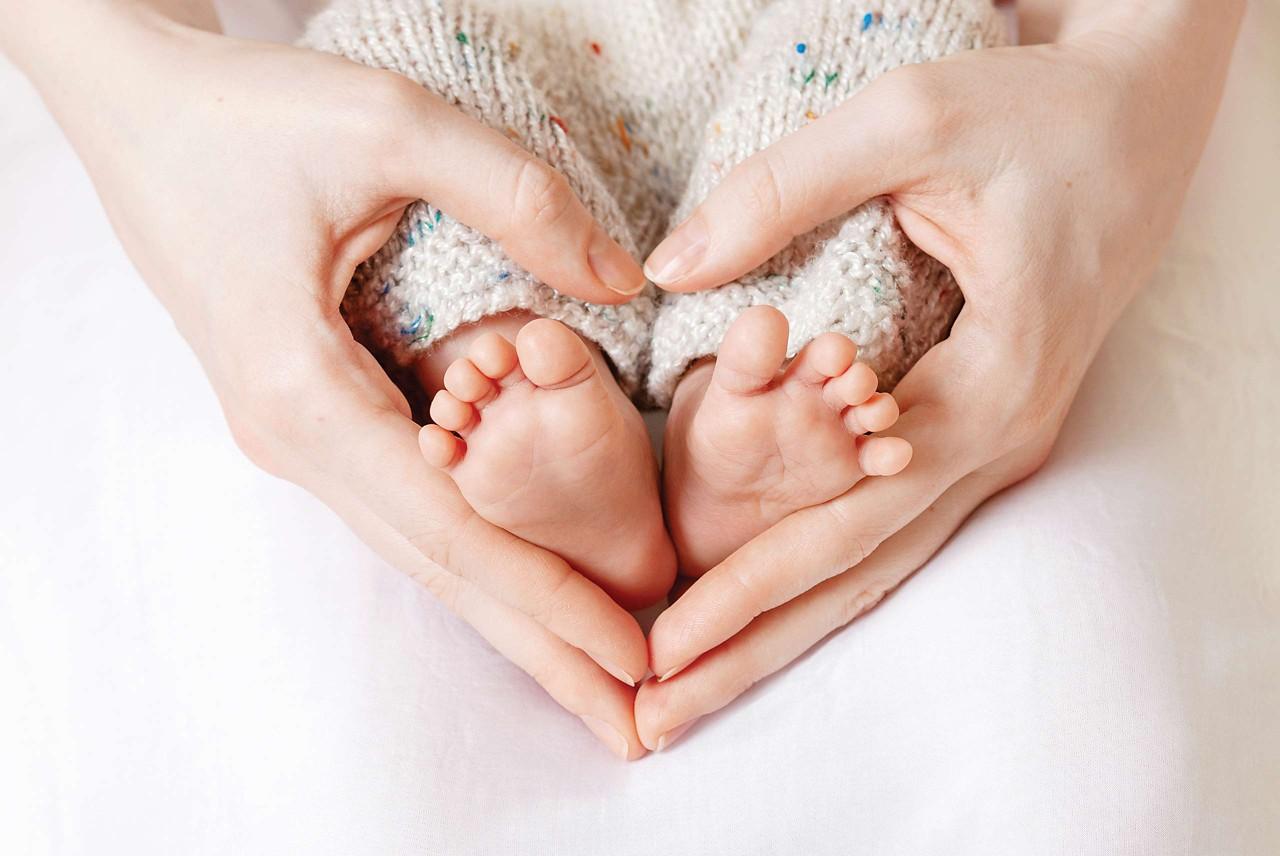 Mama hält Babys Füße