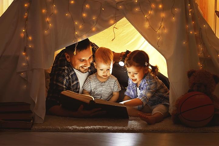 Papa mit Kindern in Höhle