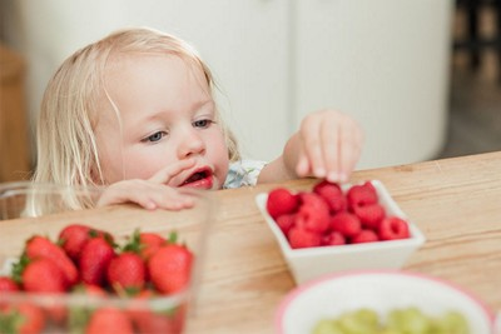 Baby isst Gemüse