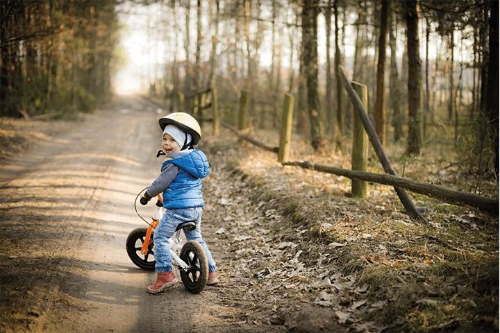 Kind auf Fahrrad in der Natur