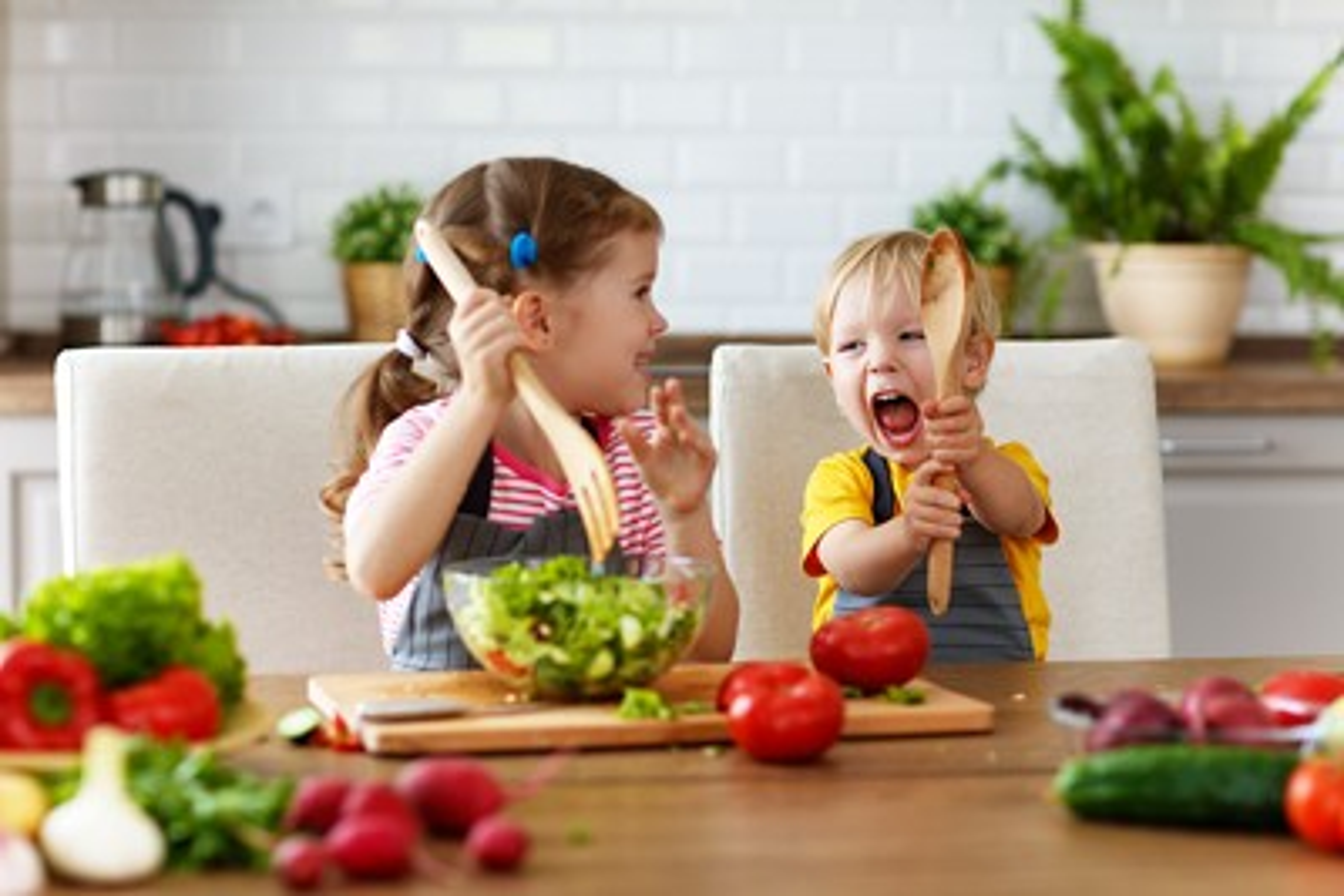 Mil DE kinder spielen mit salat titel