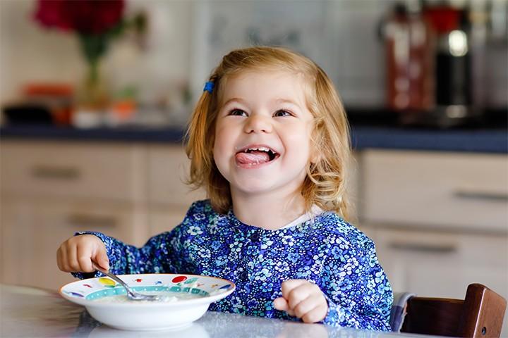 Kind lacht und isst