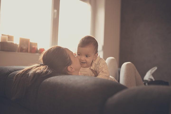 mama und baby auf couch