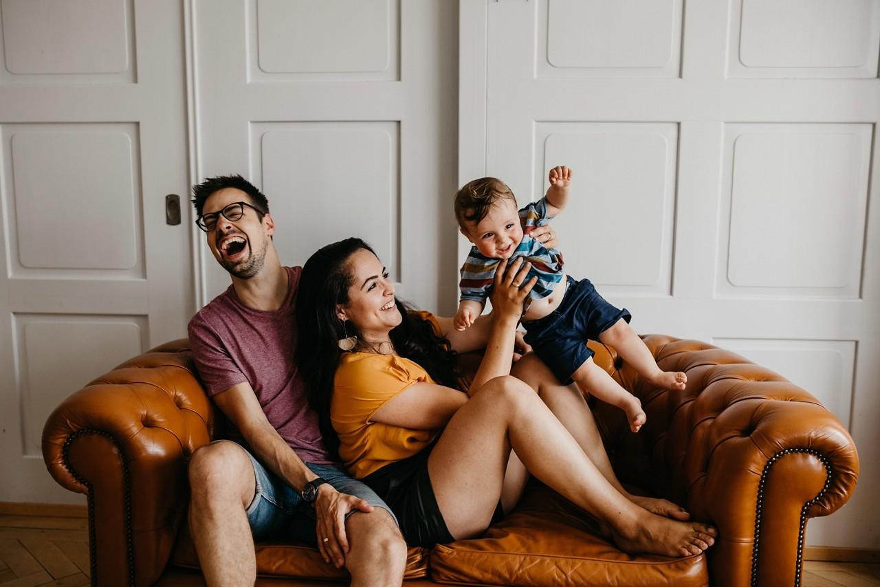 Mil DE namats parents child laughing
