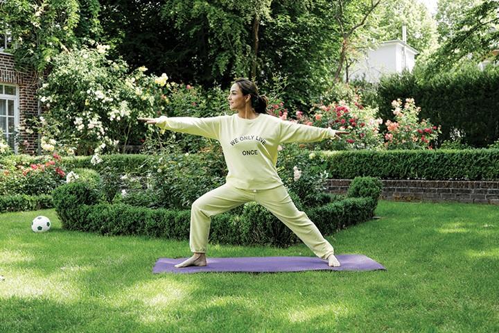 Nina macht Yoga