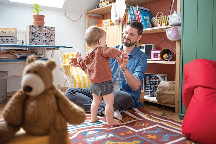 Papa Tim mit Kind im Spielzimmer