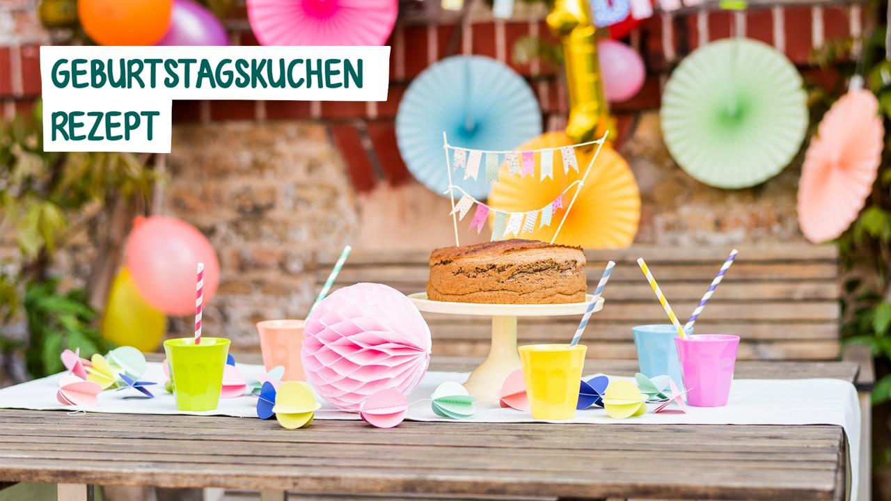 Geburtstagstisch mit Kuchen und Getränken