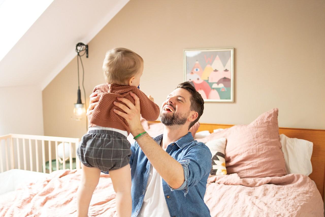 Papa Tim hebt Baby