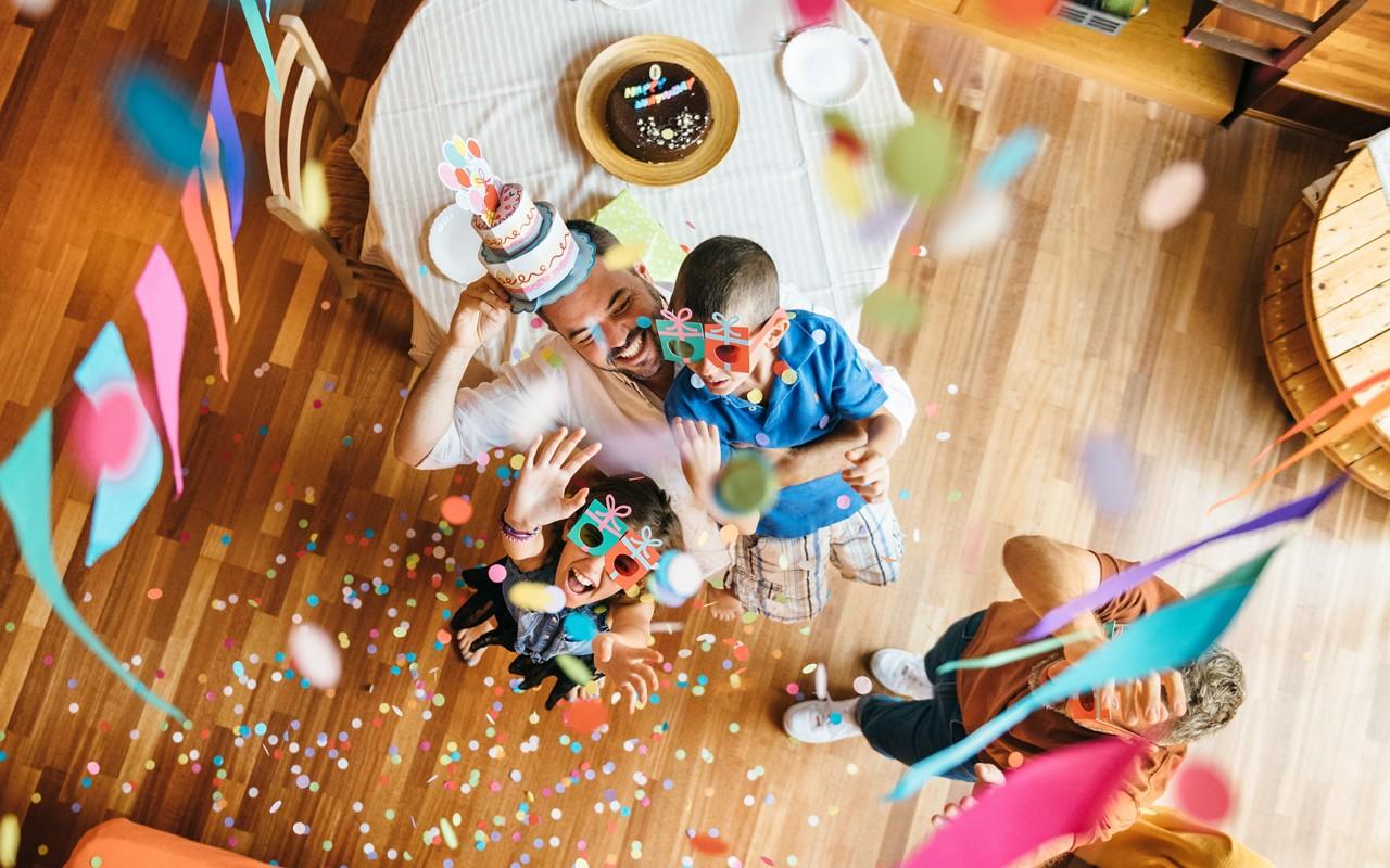 Kinder werfen mit Konfetti