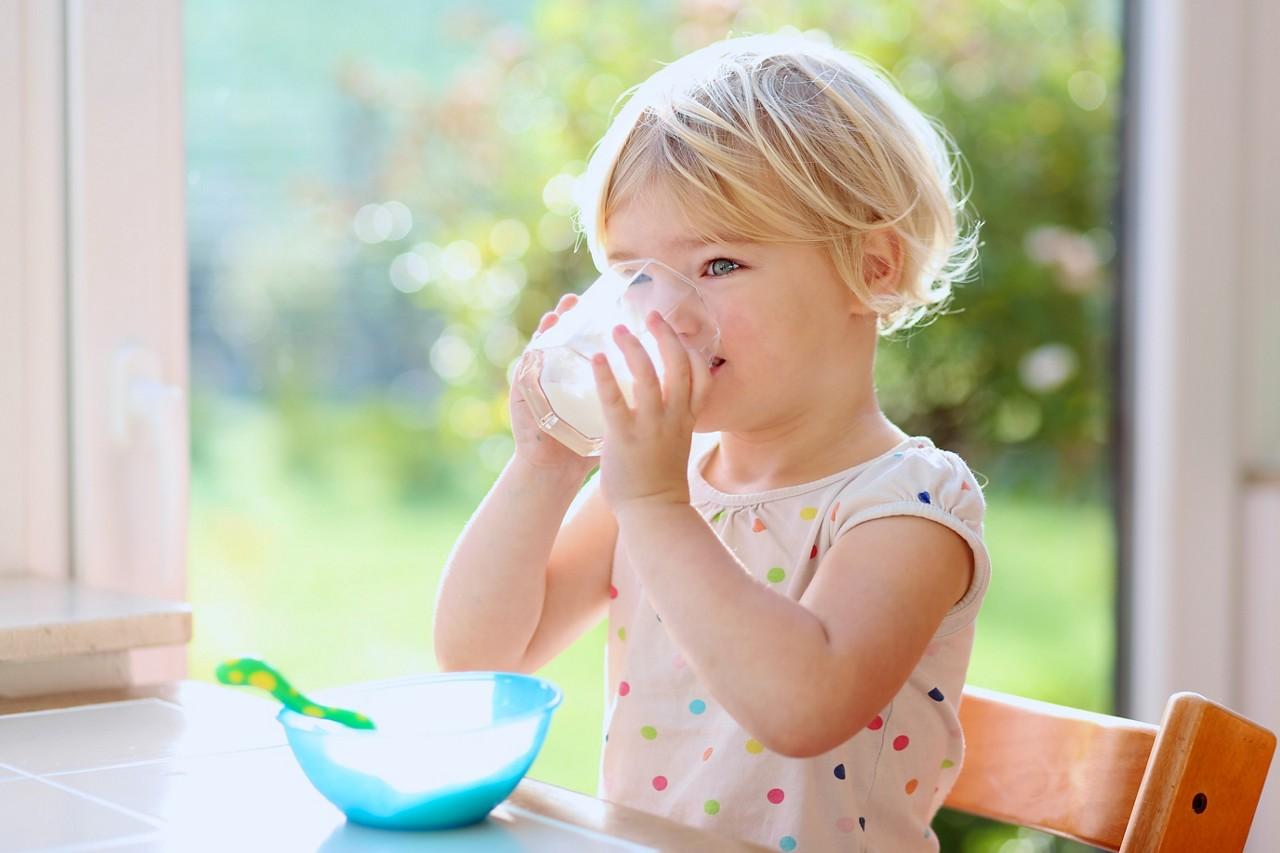 Kleinkind trinkt Milch