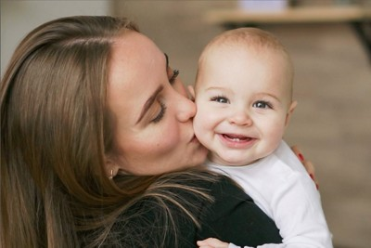 Mutter küsst Kleinkind