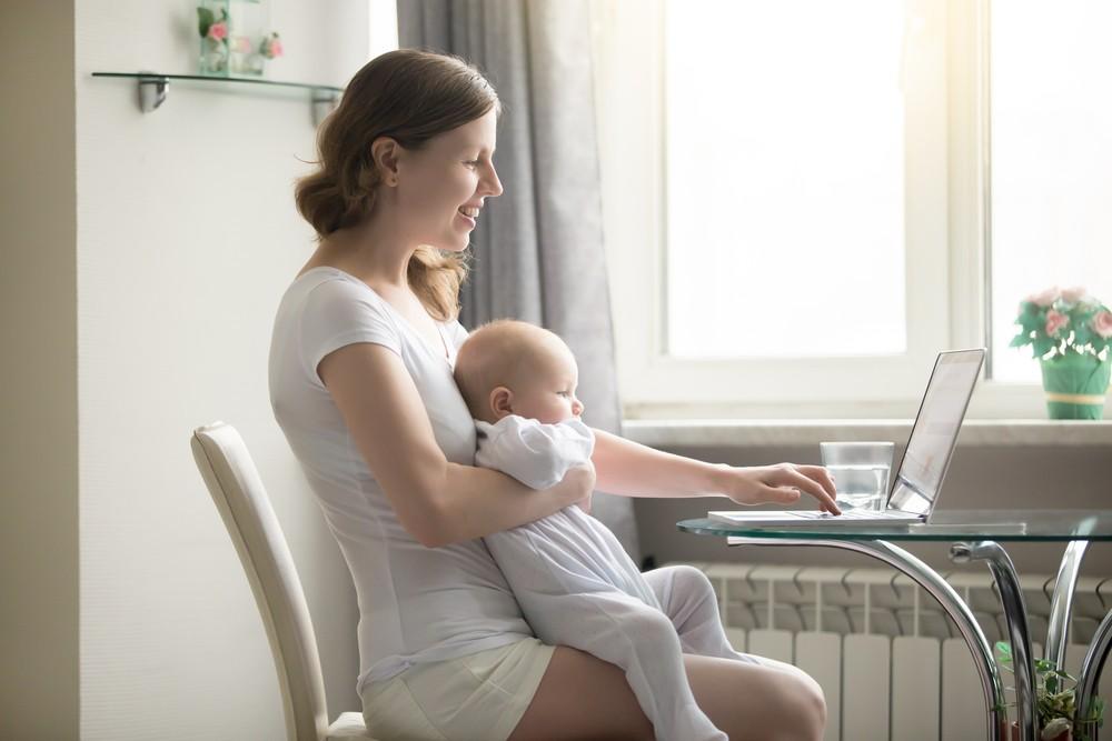 Мама с ноутбуком и малышом