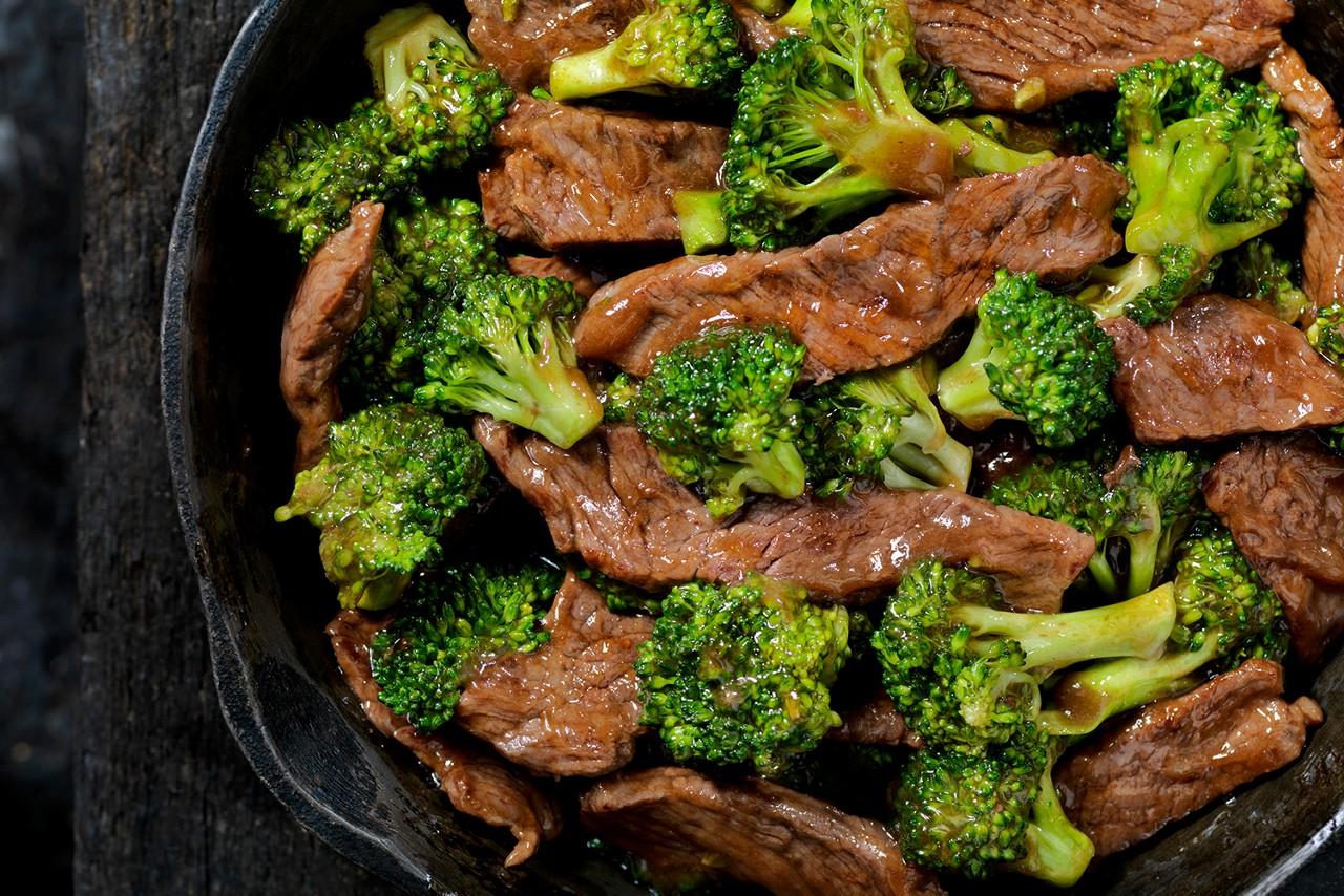 Rinderpfanne mit grünem Gemüse