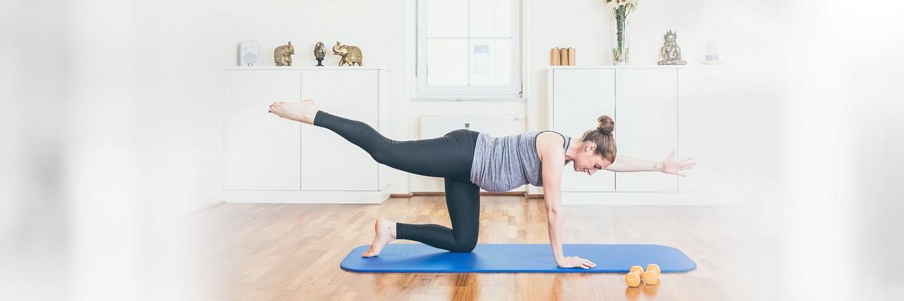 Schwangere macht Beckenboden-Übungen