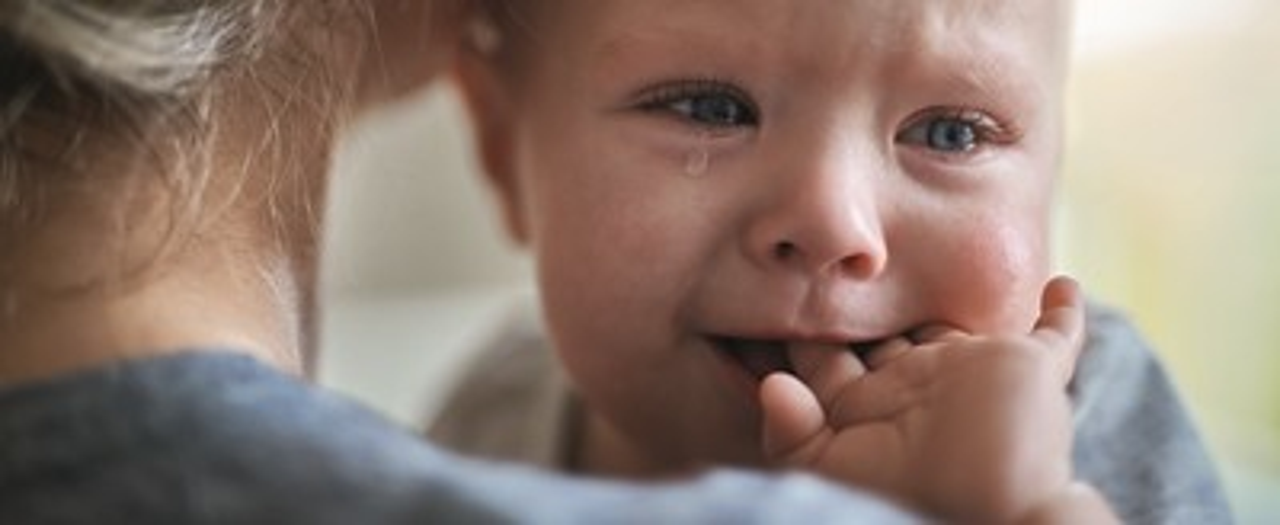 Aptaclub DE baby weint auf mutters arm