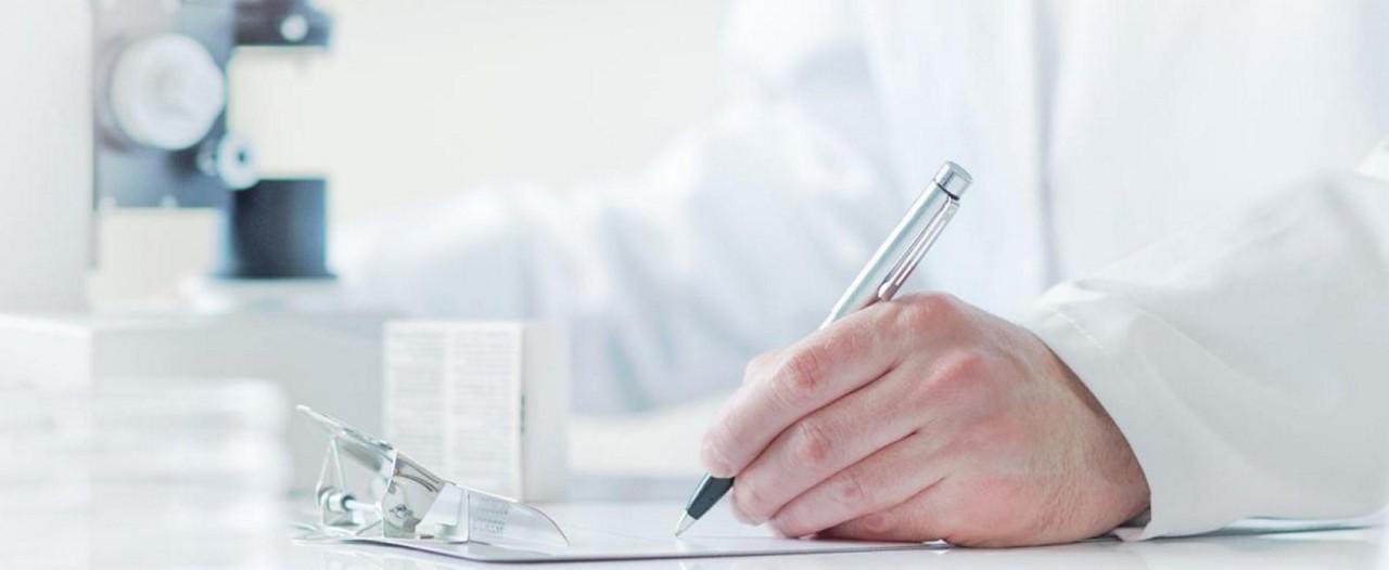 Forscher schreibt Notizen