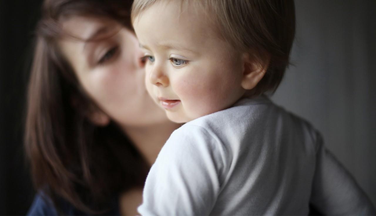 Mutter hält ihr Baby im Arm