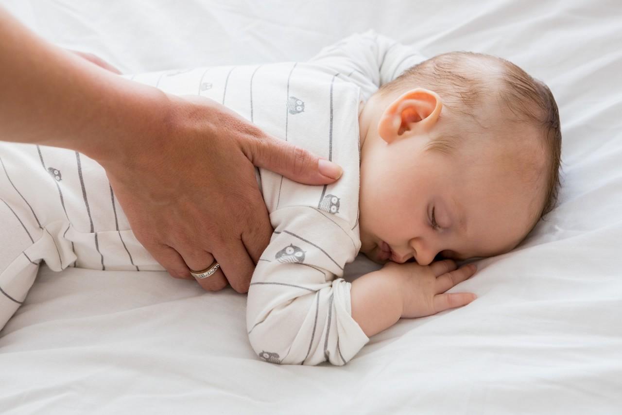 Малыш спит с книжкой