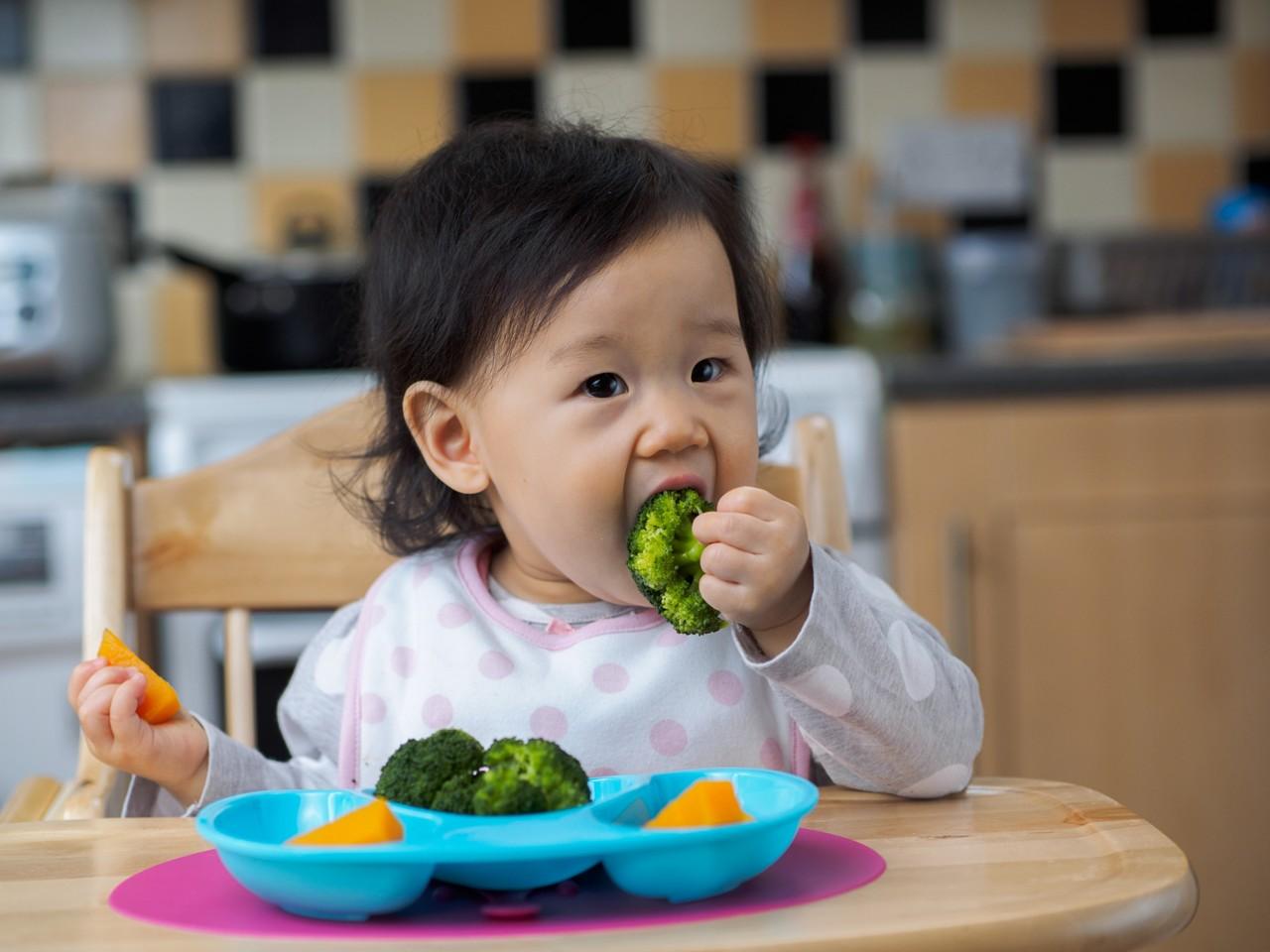 Child eat veg