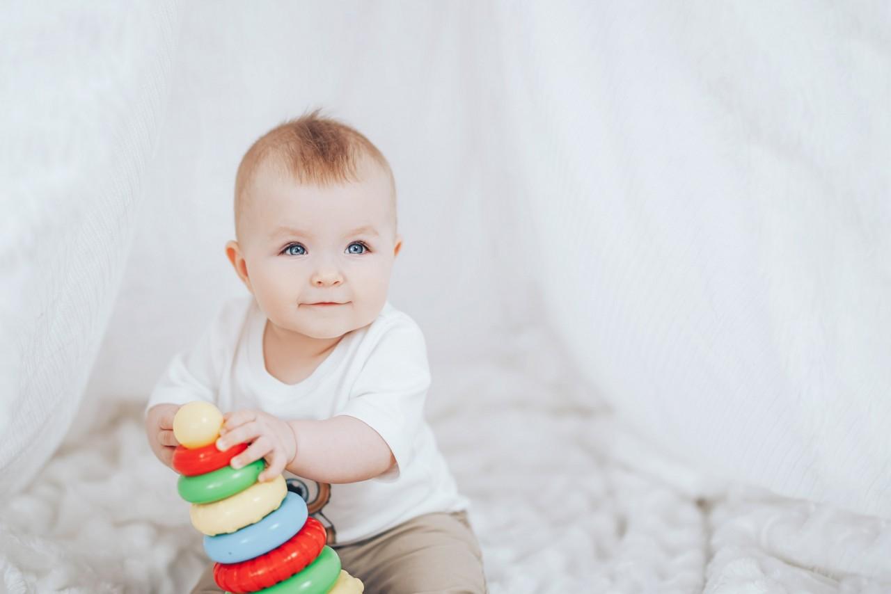 ребенок играет с пирамидкой