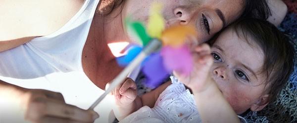 Mama und Baby mit Windrad feiern Milupa Angebote