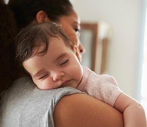 Milupa DE baby schlaeft im mutters schulter